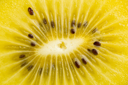 kiwi fruta: Frame llenado macro foto de un corte de kiwi de oro  kiwi (Actinidia chinensis) Foto de archivo