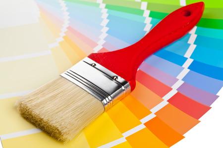 Guide-papier couleur au pinceau sur fond blanc