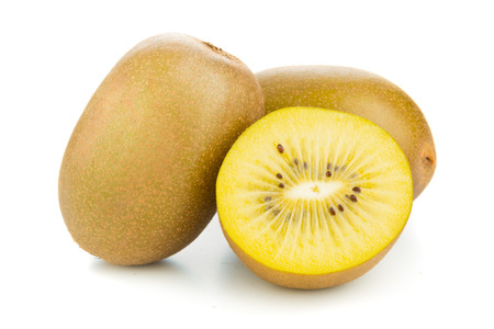 kiwi fruta: Plenario y cortar el kiwi dorado  kiwi (Actinidia chinensis) sobre fondo blanco Foto de archivo