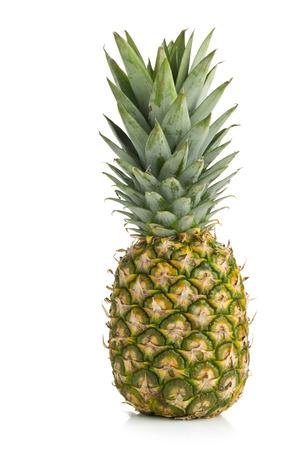 uncut: Un frutto intero ananas uncut (ananas comosus), con foglie verdi su sfondo bianco