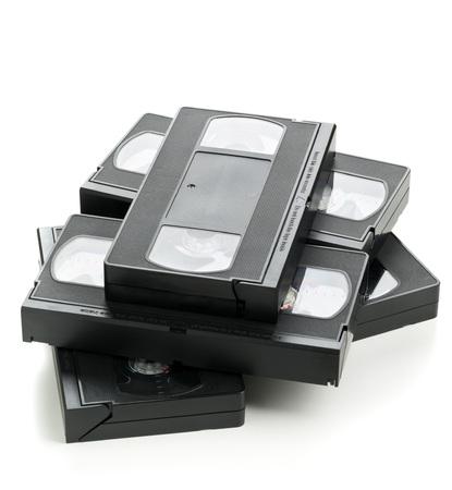 videocassette: Mont�n de sistema anal�gico home video (VHS) cinta sobre fondo blanco