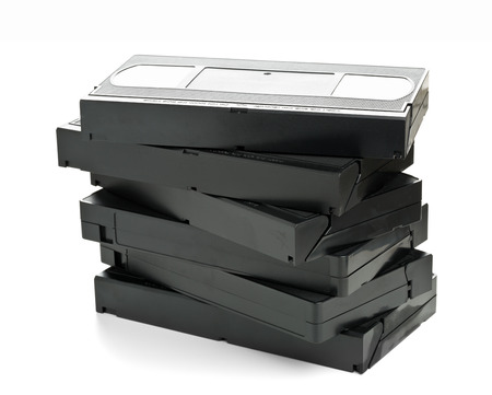 videocassette: Pila de sistema anal�gico home video (VHS) cinta sobre fondo blanco