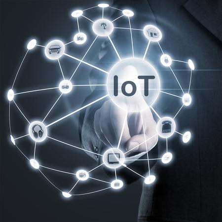Man berührt IoT (Internet der Dinge) Netzwerk auf dem Display Lizenzfreie Bilder