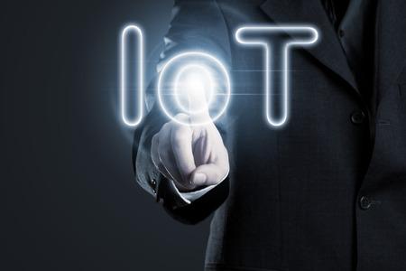 Man berührt IoT (Internet der Dinge) Text auf dem Display