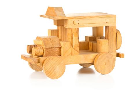 Handgemaakte houten speelgoedauto op witte achtergrond Stockfoto