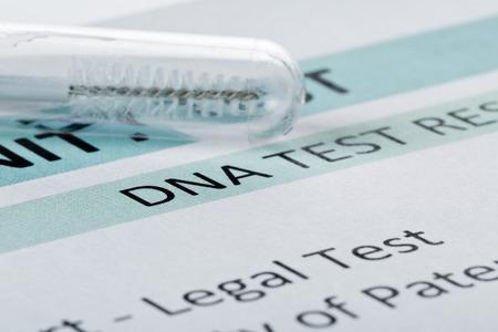 écouvillon buccal dans le tube d'essai sur le résultat du test sous forme de tableau d'ADN de paternité