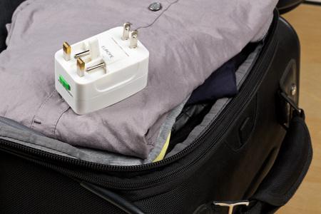 衣類 - 旅行の準備にスーツケースをパックでヨーロッパ、英国、および米国の電源プラグのコネクタと電源アダプターを旅行します。