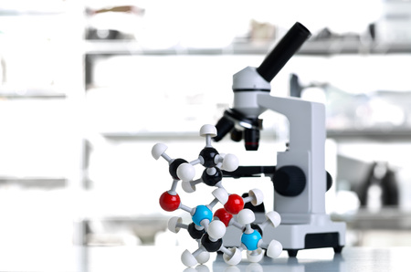 Microscope with molecule model with out of focus white lab background Lizenzfreie Bilder