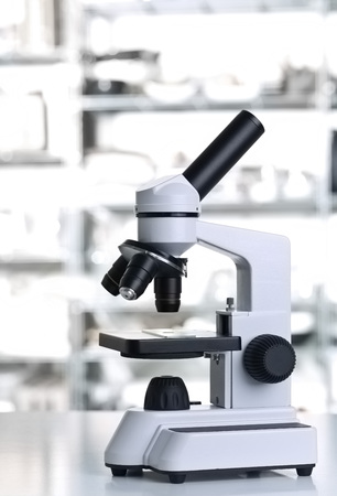 Microscope with sample with out of focus white lab background Lizenzfreie Bilder
