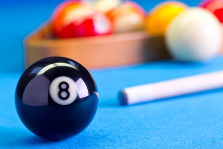 Billard Pool Spiel acht Ball mit Cue und Achtkugel Bälle auf Billardtisch mit blauem Tuch eingerichtet Standard-Bild
