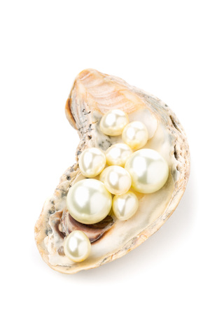 Mehrfache Perlen in der Austernmeermuschel über weißem Hintergrund