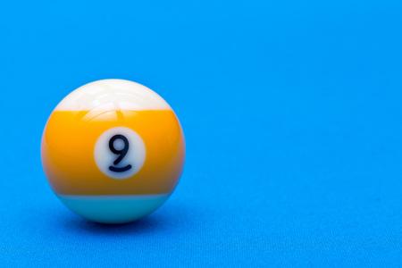 Billardkugelspiel neun Ball auf Billardtisch mit blauem Stoff, Kopienraum Standard-Bild