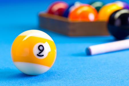 Billard Pool Spiel neun Ball mit Cue und Neeball Bälle auf Billardtisch mit blauem Tuch eingerichtet