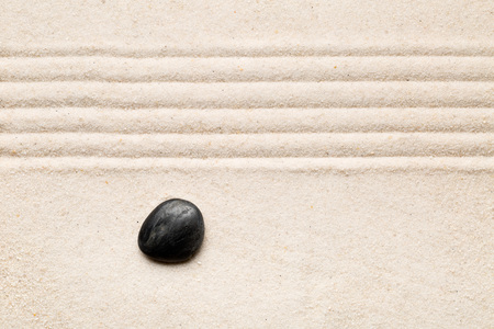 Zen sand and stone garden with raked lines. Simplicity, concentration or calmness abstract concept. Top view. Standard-Bild