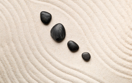 Zen sand and stone garden with curved raked lines. Simplicity, concentration or calmness abstract concept. Top view. Standard-Bild