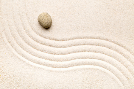 Zen sand and stone garden with raked curved lines. Simplicity, concentration or calmness abstract concept. Top view. Standard-Bild