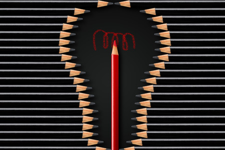 Creatività, idea o concetto di business di brainstorming, forma di lampadina formata da matite nere con matita rossa al centro, concetto minimo flatlay dall'alto su sfondo nero Archivio Fotografico