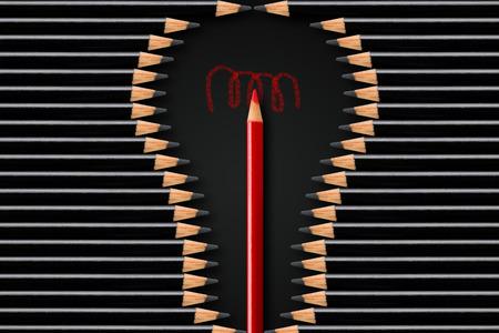 Kreativität, Idee oder Brainstorming-Geschäftskonzept, Glühbirnenform aus schwarzen Bleistiften mit Rotstift in der Mitte, minimales Konzept-Flatlay von oben auf schwarzem Hintergrund Standard-Bild
