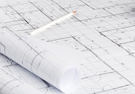 Rollos de planos de construcción de casas de planos arquitectónicos sobre fondo de planos en la mesa con lápiz Foto de archivo