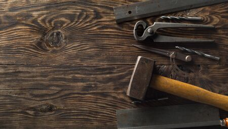 Collection of old, used wood working tools flat lay from above on dark moody wooden background with copy space - repair, craftsmanship or workshop concept Foto de archivo - 129209453