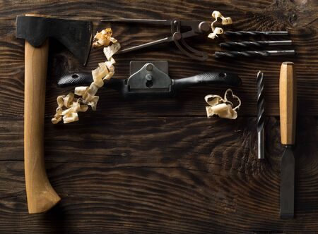 Collection of old, used wood working tools flat lay from above on dark moody wooden background with copy space - repair, craftsmanship or workshop concept Foto de archivo - 129208465