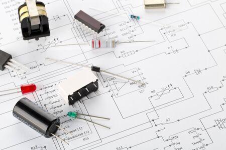 Différentes pièces ou composants électroniques sur fond de schéma de câblage PCB avec résistances, condensateurs, diodes et puces ic, avec espace de copie, mise au point sélective
