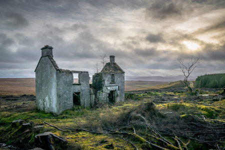 Ruines of an old Irish farm house in the Mountains of Doengal Banque d'images - 116353823