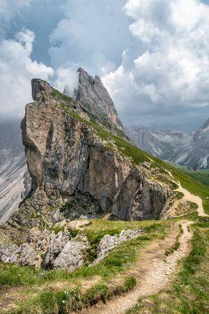 Queste sono le vette frastagliate del Seceda nelle Dolomiti italiane delle Alpi. Questo è un sentiero escursionistico che costeggia la cima della montagna