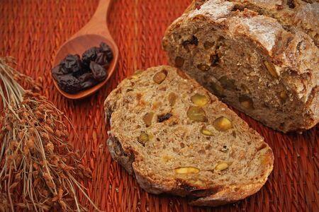 buena salud: rebanada de pan de varios granos con una decoraci�n