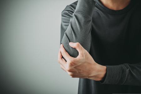 男の肘の痛み