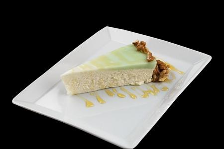 Käsekuchen in einem weißen Plattenisolat sehr geschmackvoll Standard-Bild - 96734103