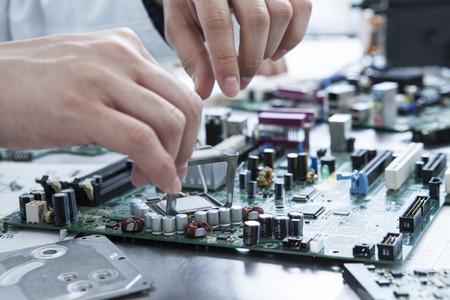 assembly: Los hombres comienzan la reparación del ordenador personal