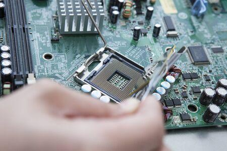 circuitos electronicos: Reparación de circuitos electrónicos Foto de archivo