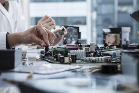 redes electricas: Las manos de los ingenieros para trabajar