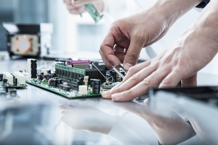 circuitos electronicos: Primer plano de las manos de los ingenieros que trabajan en la ventana
