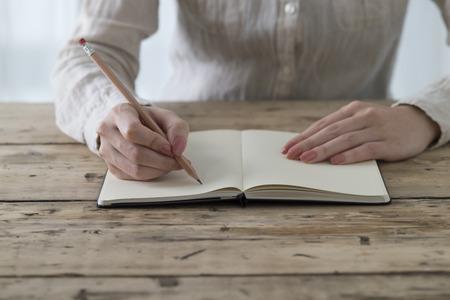 メモを書く婦人