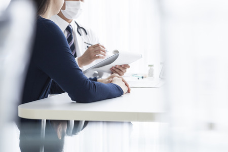 Arzt, um eine Krankenakte zu schreiben