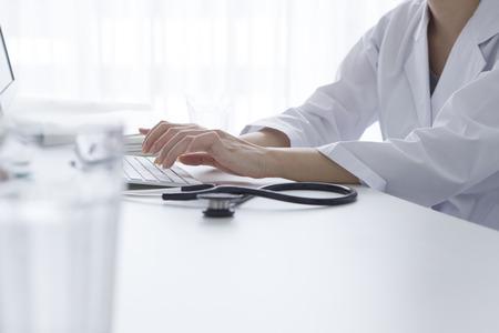 男性技術者医療研究所でコンピューターを使用してのトリミングされた画像 写真素材