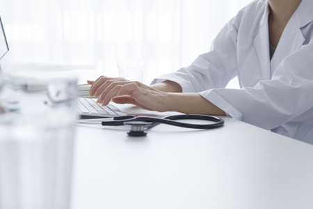 Imagen recortada de técnico de sexo masculino que usa el ordenador en el laboratorio médico