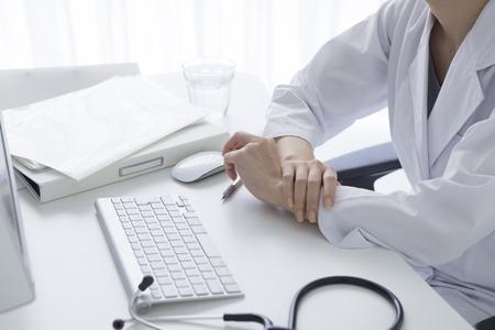 Immagine potata del tecnico maschio che utilizza computer nel laboratorio medico Archivio Fotografico - 50006115
