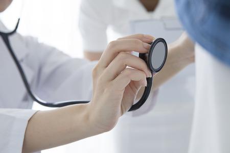 arts de behandeling van een senior patiënt in het ziekenhuis Stockfoto