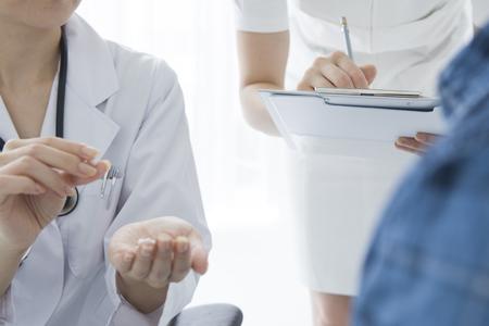 médecin examine un patient plus âgé à l'hôpital