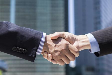 ビジネス人握手明るい背景がぼやけ