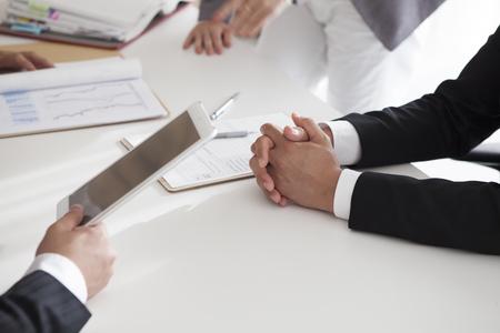 reunion de trabajo: Imagen de reír a la gente confidente que planea una negocio-estrategia