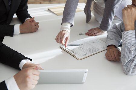 documentos: Imagen de re�r a la gente confidente que planea una negocio-estrategia