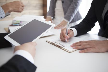 kinh doanh: EAM ngồi sau bàn, nói chuyện, kiểm tra các báo cáo. Top View