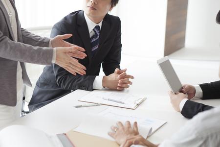 비즈니스 전략을 계획하고 웃고있는 자신감있는 사람들의 이미지