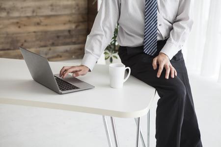 Businessmen are using a laptop sitting on the desk 版權商用圖片