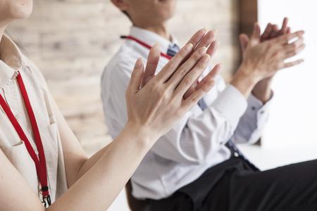 Geschäftsleute und Frauen haben einen Klaps Standard-Bild - 50012015