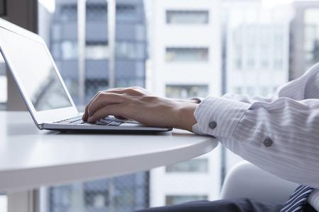 Los hombres están trabajando en un ordenador portátil en la oficina Foto de archivo - 50012044